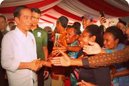 Joko Widodo Serahkan 3.331 Sertifikat Hak Atas Tanah ke Masyarakat di Jayapura