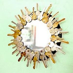 Gunakan kunci-kunci bekas menjadi bingkai cermin.