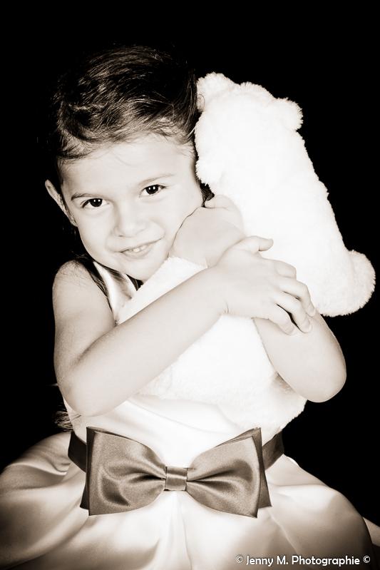 photo enfant fille avec doudou calin