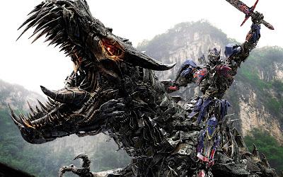Optimus Prime montado en un dragón robotico