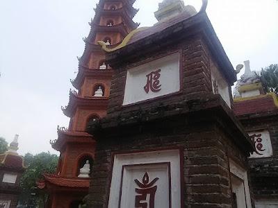 鎮国寺の仏塔と墓塔