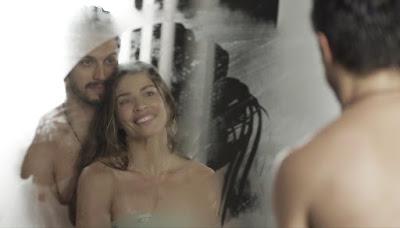 Paloma (Grazi Massafera) e Marcos (Romulo Estrela) se admiram no espelho depois do banho — Foto: Globo