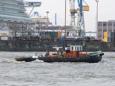 Schlepper im Hafen von Hamburg