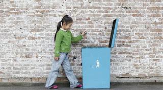 Berikan Penghargaan kepada Anak Ketika Berhasil Membuang Sampah Pada Tempatnya