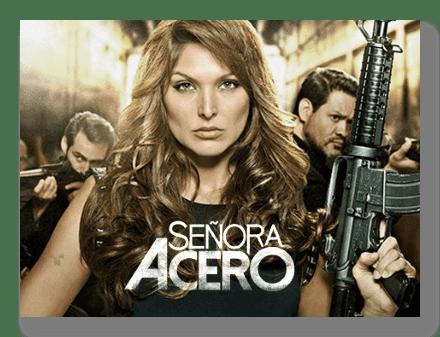 Sara Aguilar Bermúdez posando con un rifle de asalto