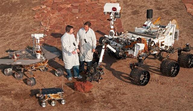 Foto de supostos cientistas ao lado de todas as sondas na Terra