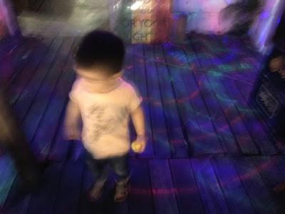 ラバーダックを持ち、怪しいダンスを披露する2歳児