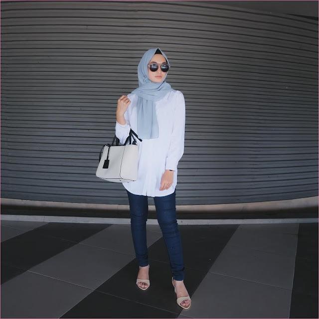 Outfit Baju Hijab Casual Untuk Kuliah Ala Selebgram 2018 high heels wedges krem muda jeans denim tunic blouse kemeja tote bags hand bags putih jam tangan pashmina polos biru muda ciput rajut hitam kacamata bulat coklat hitam gaya casual kain katun sutra rayon ootd outfit 2018 lantai