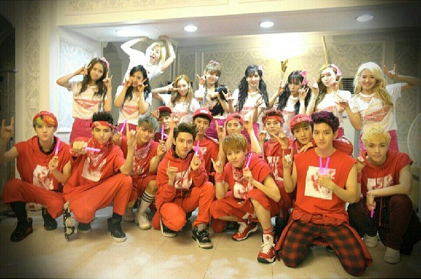SNSD snapped a group photo with EXO at the backstage of their '2013 Girls' Generation World Tour - Seoul'