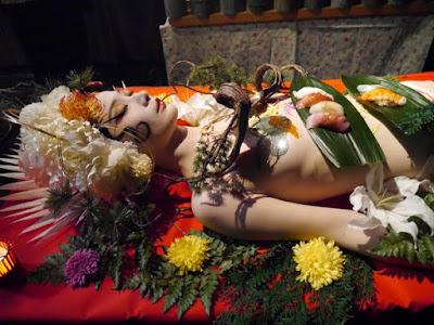 Cận cảnh bàn tiệc xa hoa trên cơ thể nude
