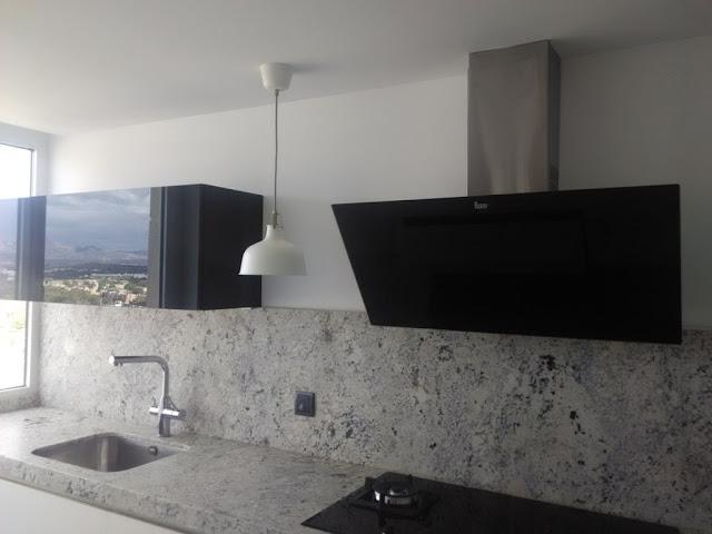 Negro blanco y gris una mezcla que realza una cocina de