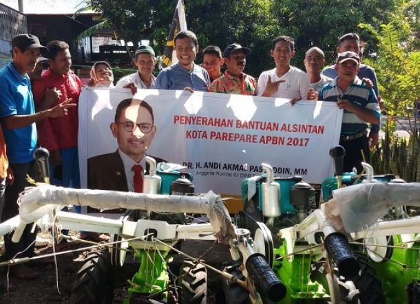 PKS Salurkan Bantuan Traktor dan Pompa Air untuk Petani