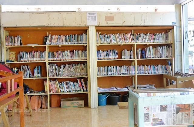 Koleksi yang tersusun di rak Warung Baca Alun-alun Jepara