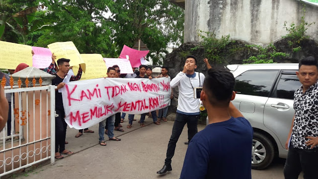 Warga yang berunjukrasa ke kantor Panwas Asahan.