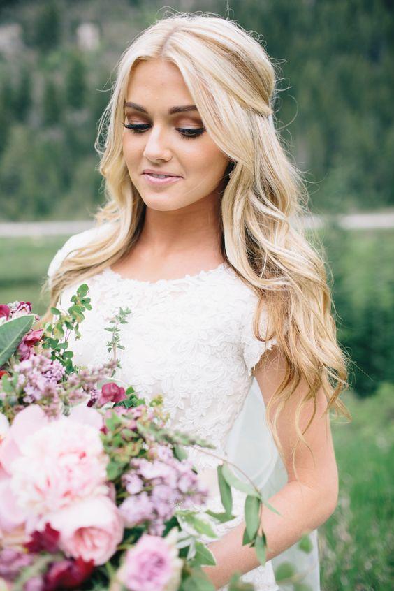 abito da sposa in pizzo con le mezze maniche