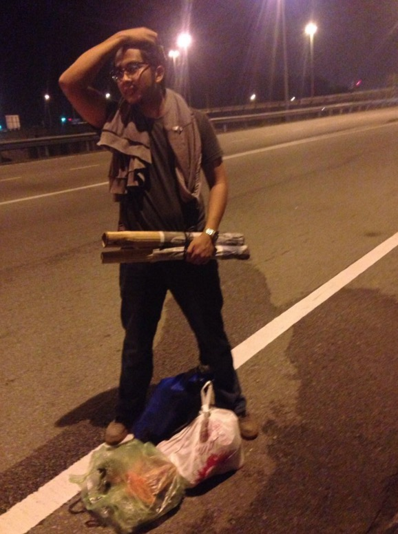 Sudahlah Beg Hilang, Pemandu Bas Tinggalkan Pula di Tepi Highway