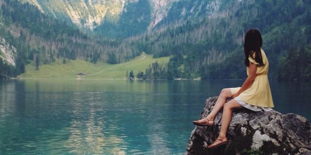 Sentada frente al lago