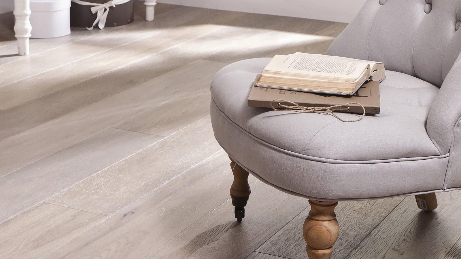 parquet flottant vinyl latest choisir le bon sol pour la maison parquet stratifi carrelage lino. Black Bedroom Furniture Sets. Home Design Ideas