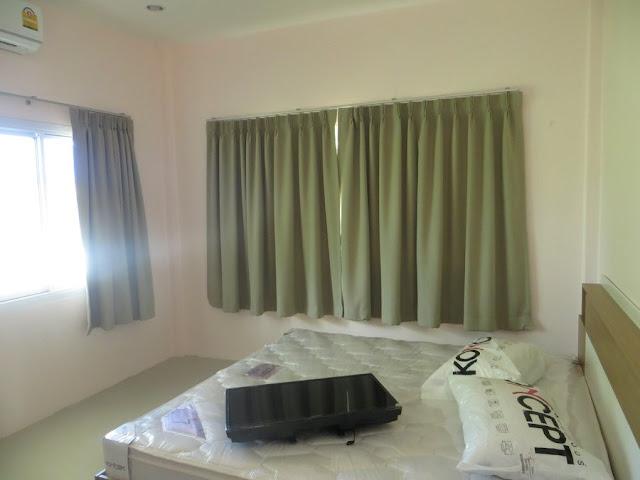 Спальная с большой кроватью в доме