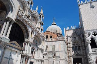connection entre la basilique, sur la gauche, et le palais des Doges, sur la droite