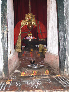 Shiva Lingam (with hanging vessel/pot) in the Bull Temple in Bangalore, Wikimedia Commons.