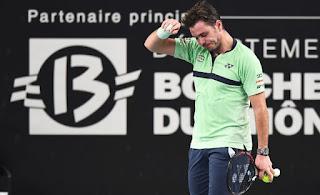 Injured Wawrinka retires in Marseille