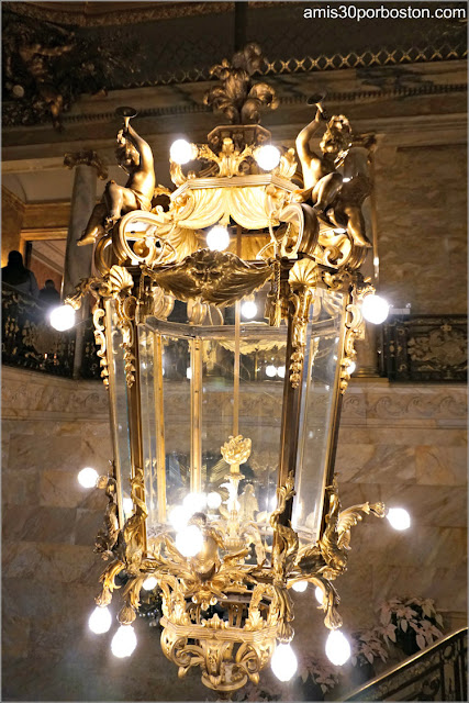 Lámpara en la Escalera Principal de Marble House, Newport