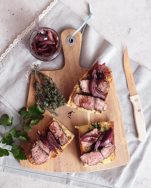 Schnell mal was Gutes: Aromatisiertes Rib-Eye mit Rotwein-Zwiebeln und Knoblauchbaguette