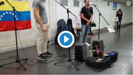 Venezolanos en España se ganan la vida cantando en el metro