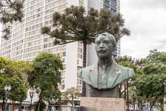 Busto de Nilo Cairo, na Praça Santos Andrade, em Curitiba