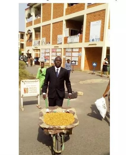 Meet the classy Nigerian tiger nuts seller (photo)