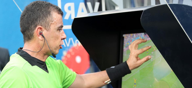 o arbitro joel aguilar consulta o video para marcar penalti no jogo suecia x coreia do sul