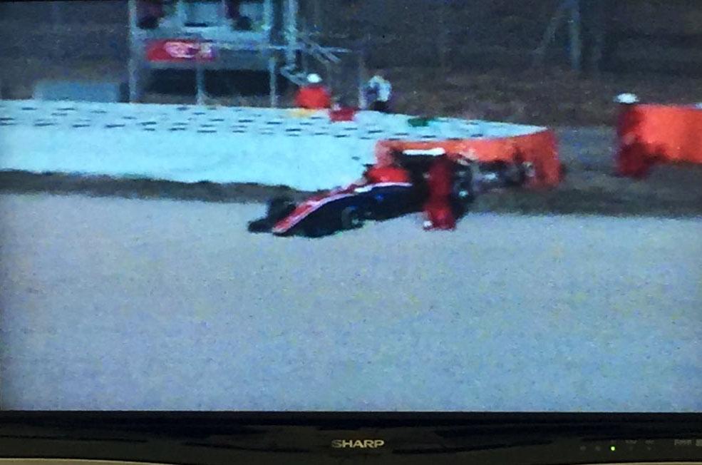 Mobil Rio Haryanto melintir dan menabrak tembok pembatas (Foto: Twitter @WilliamEslerF1)