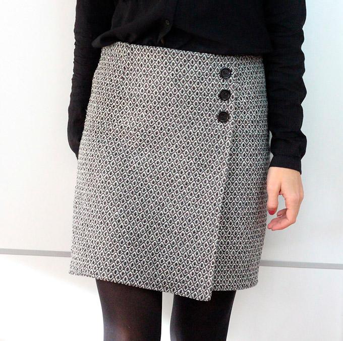 falda-cruzada-asimétrica-con-botones-diy