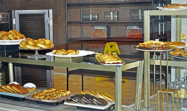 vemos plametras de chocolate y yema, diferentes hojaldres, croissants,bombas y también pasteles salados como mini quiches