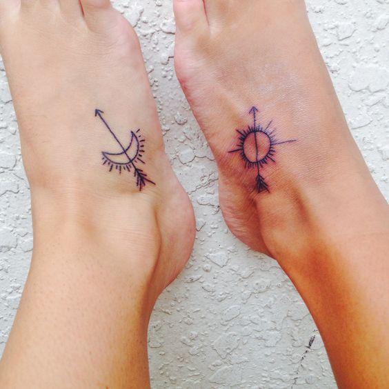 Tatuaje de sagitario arco y flechas en el pie de una mujer