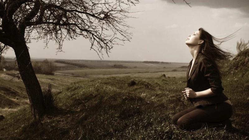 Mulher orando a Deus