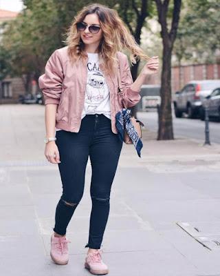 outfit rosa con playera básica estampada blanca