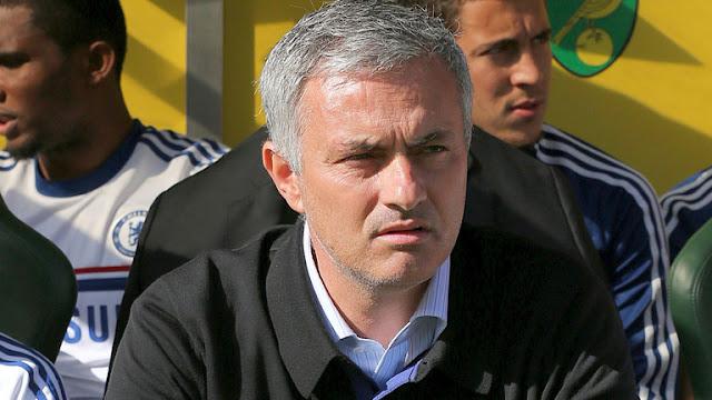 Jose Mourinho looks on during chelsea vs Norwich