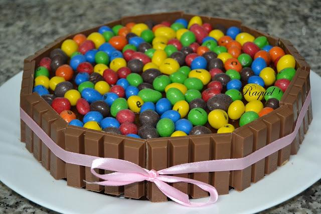 tarta-de-kit-kat-y-conguitos-de-colores
