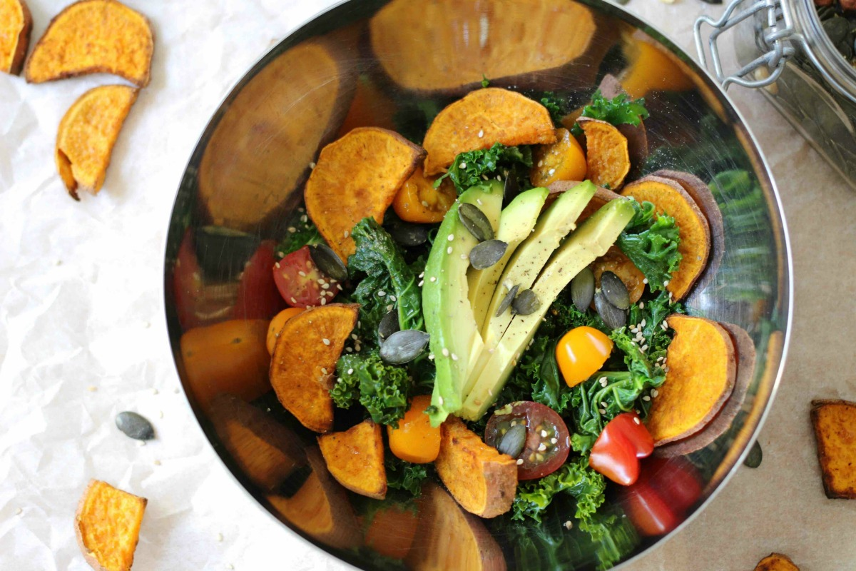 Grünkohlsalat mit gerösteter Süßkartoffel und Avocado