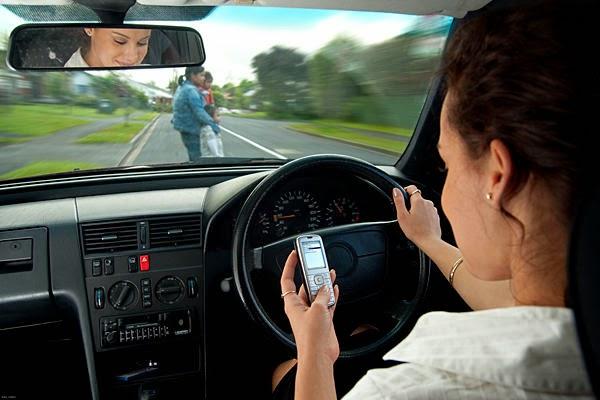 Menggunakan Smartphone Saat Mengemudi