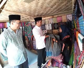 Mampir Solat Jumat, Jokowi Kepincut Kain Tenun Lombok