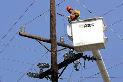 trabajador instalando línea de electricidad