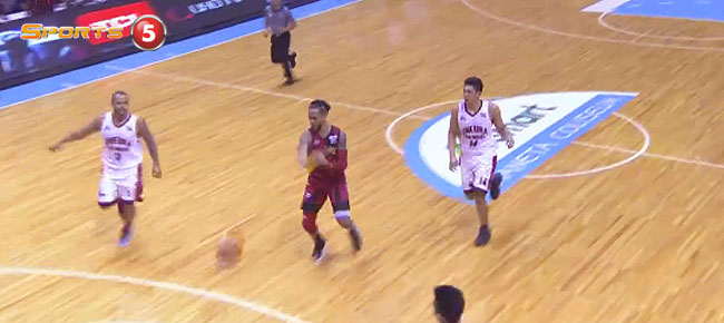 Chris Ross' NASTY Bounce Pass to Arwind Santos in Game 3 (VIDEO)