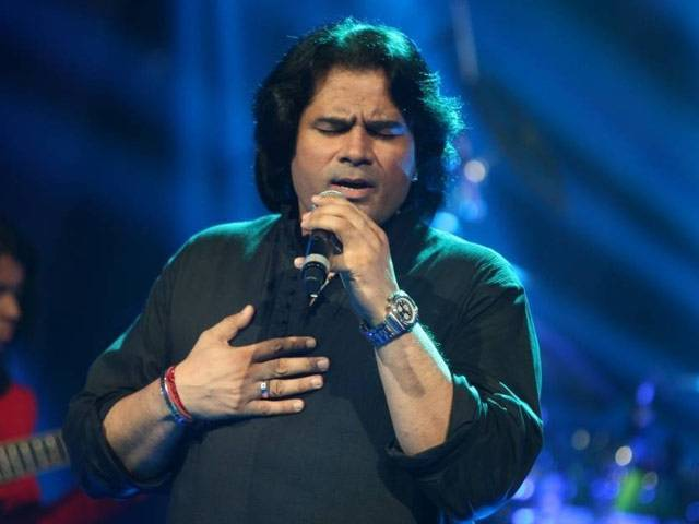 The script to have legends Amitabh Bachchan and Shafkat Amanat Ali sing Indian and Pakistani national anthems before the T20 World Cup match at Eden Gardens did not play out right.  While  Big B gave a graceful performance, Shafkat Amanat Ali was listless, off key and unforgivably messed up on the words, say Pakistani fans.
