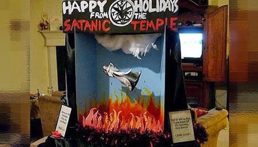 Satanistas muestran stand diabólico