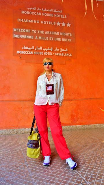Изображение туристки возле таблички отеля, Касабланка