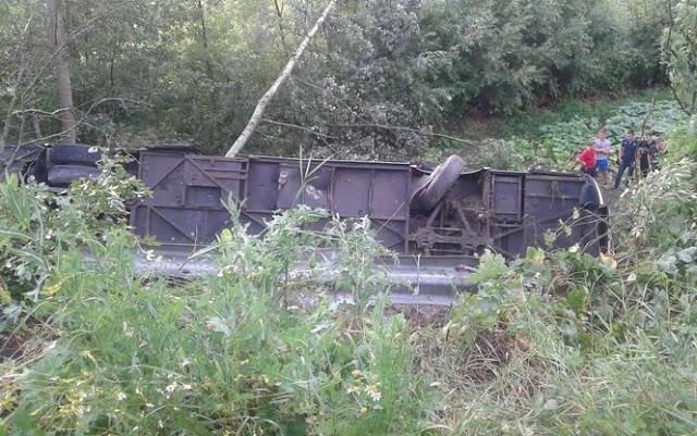 На Тернопільщині автобус з 45 туристами злетів з обриву: є жертви – фото, відео