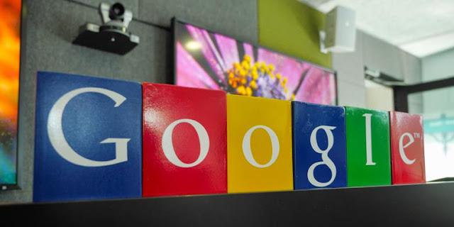 Kotak tempat pensil warna-warni disusun membentuk logo Google di kantor Google Indonesia, Jakarta 28 Mei 2015